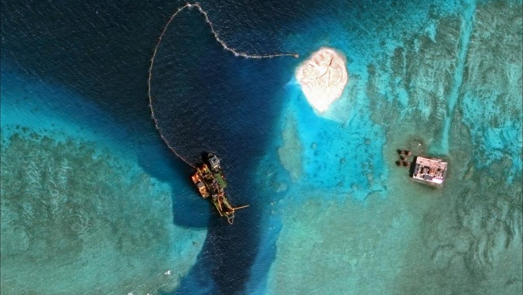 Photographies satellites rendues publiques mercredi 8 avril 2015 révélant d'importantes opérations d'agrandissement d'un îlot et l'aménagement de ports artificiels sur des récifs des îles Spratleys, en mer de Chine méridionale. REUTERS/CSIS's Asia Maritime Transparency