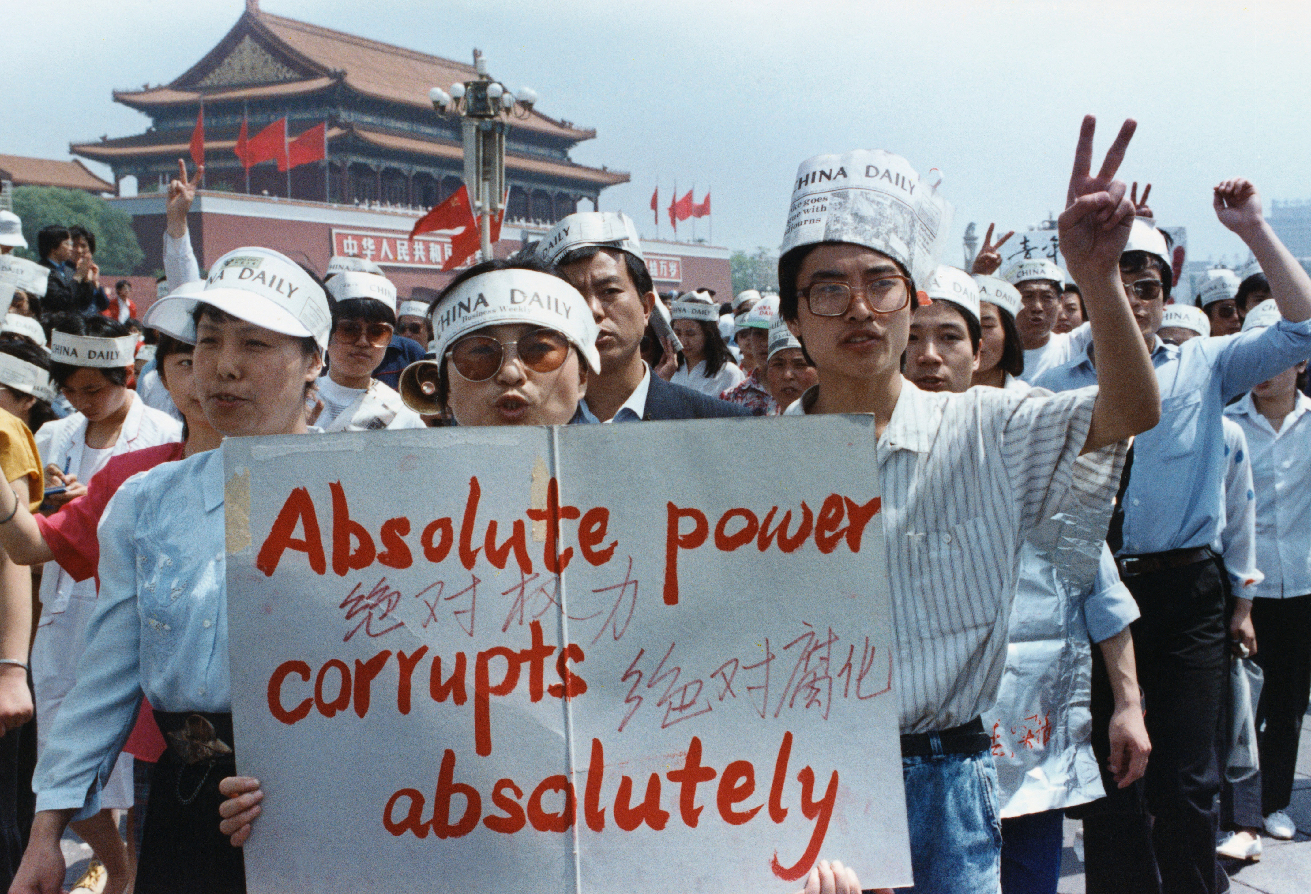 A group of journalists supports the pro-Democracy protest in Tiananmen Square, Peking, China May 17, 1989. REUTERS/Carl Ho PICTURE TAKEN MAY 17, 1989 HIGHEST QUALITY AVAILABLE - RTR1A7TG