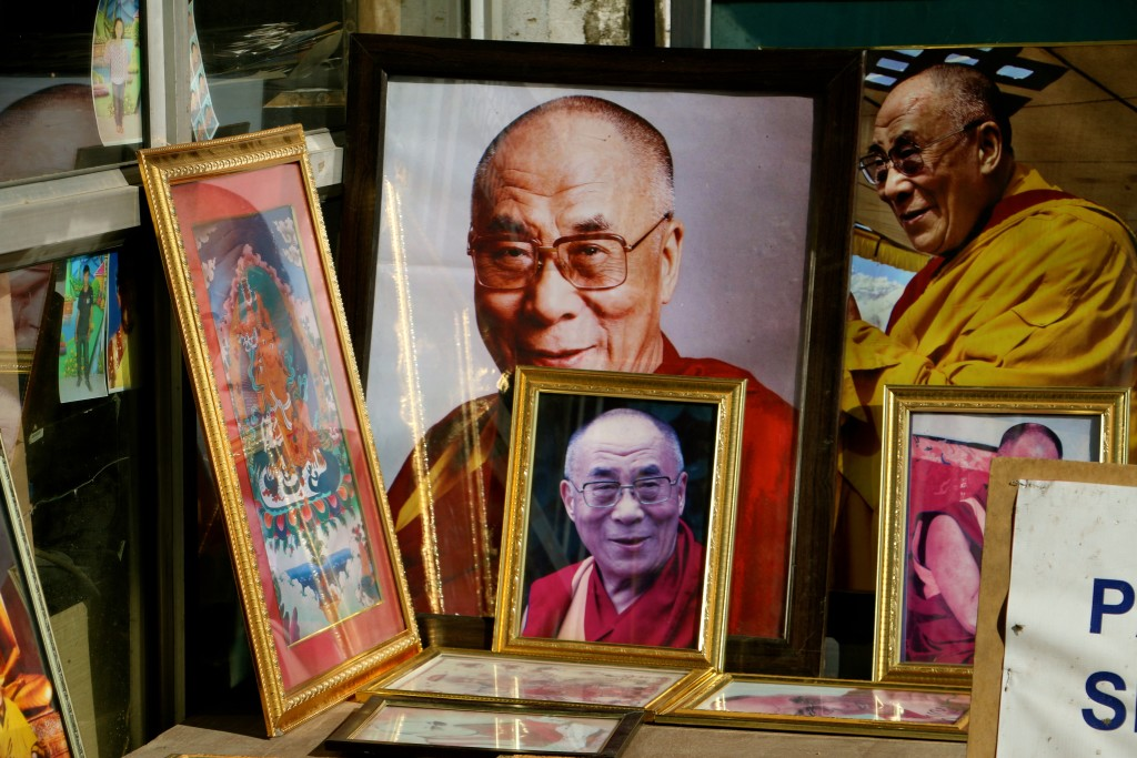 Portraits du Dalaï Lama dans une boutique de Leh. Ils sont omniprésents dans les colonies de réfugiés tibétains. (Photo : Nolan Peterson/The Daily Signal)