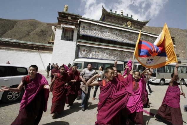 Monks_protesting_near_Labrang_Tashikyil_Monastery_on_April_9_2008